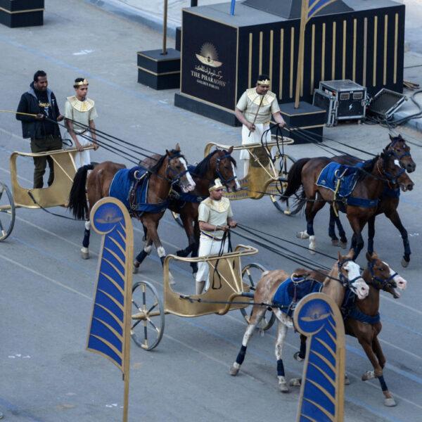 La parata dei faraoni, ieri al Cairo © Ap